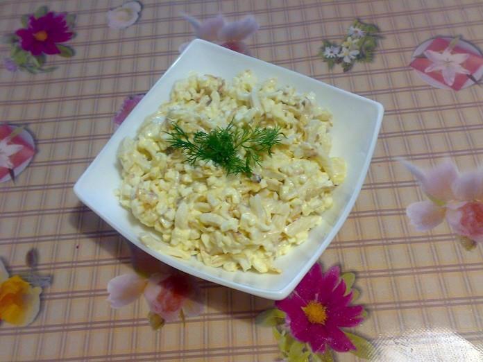 salat-iz-kalmarov-s-yajcami-i-zharenym-lukom