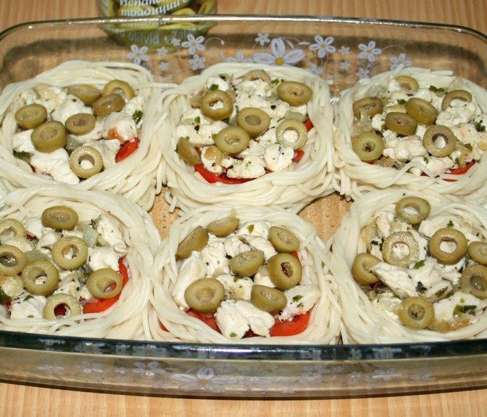 """""""Гнездышки"""" из спагетти с курицей, помидорами и оливками"""