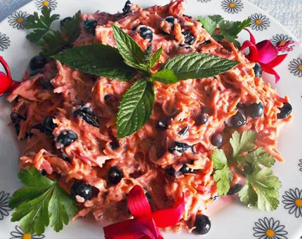 salat-iz-chernoi-smorodiny-i-morkovi
