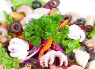 teplyj-salat-iz-moreproduktov-s-sousom-pesto