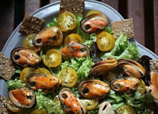 ovoshhnoj-salat-s-midiyami-i-suxaryami