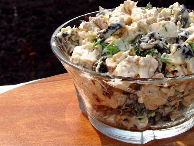 kurinyj-salat-s-chernoslivom