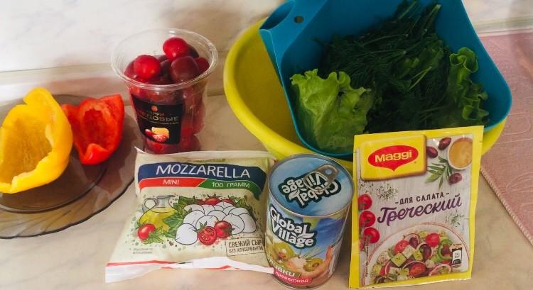Овощной салат с моцареллой и оливками