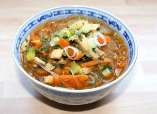 Kitajskij-kurinyj-sup_s_lapshoi_i_kuricei