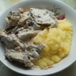 Свинина, тушеная с грибами в сливочном соусе