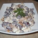 Салат из фасоли с сыром и гренками