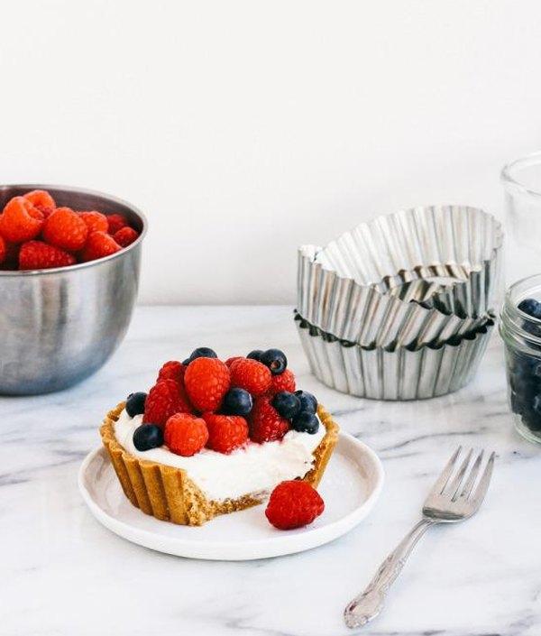 Пирожное корзиночка с кремом и ягодами5