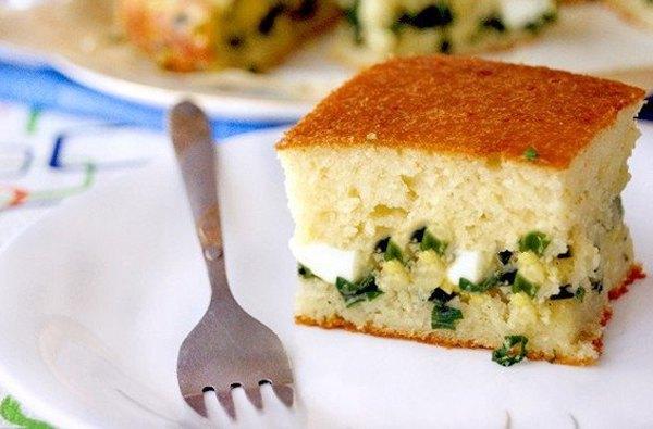 Быстрый заливной пирог с зелёным луком и яйцом