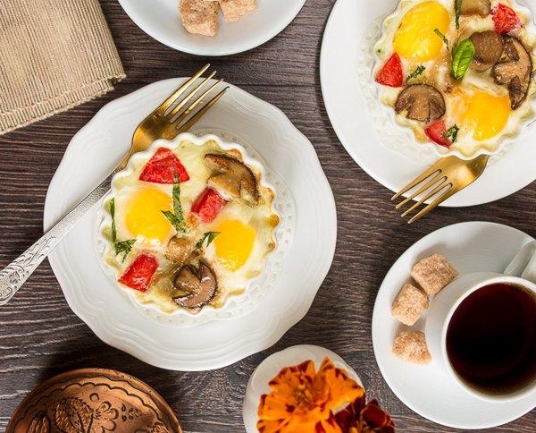 Яйца кокот с белыми грибами и помидорами4