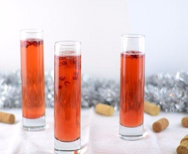Новогодний коктейль из гранатового сока и шампанского