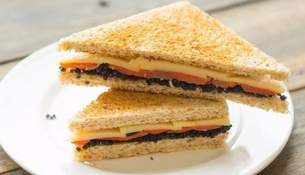 Cэндвич с икрой и рыбой