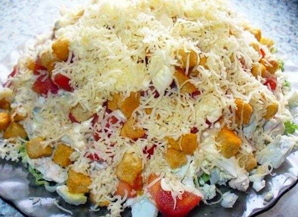 Салат с курицей сыром и сухариками